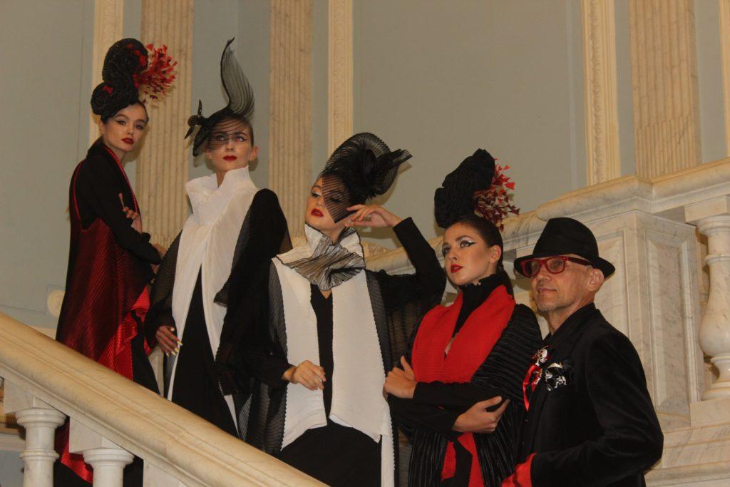 """Дамская шляпка правила балом """"Страсти по дворцу"""" в особняке Серебрякова."""
