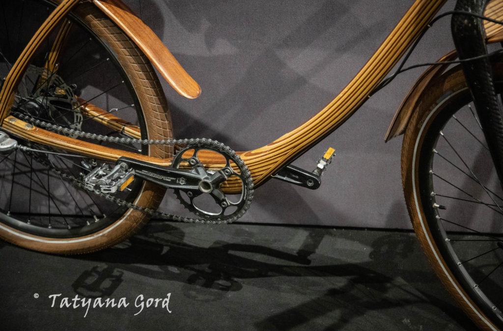 В  день 91-летия  «Музея циркового искусства» в Арт Галерее на Итальянской, 5 открылась выставка «В обнимку с велосипедом (прошлое, настоящее, будущее)».
