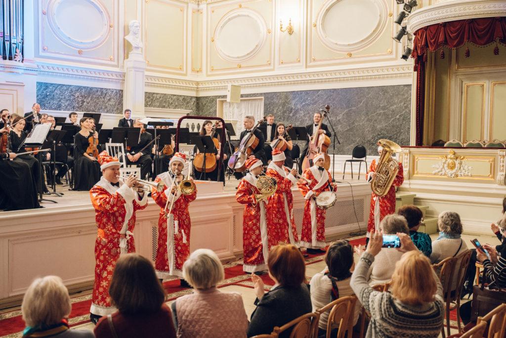 Российский Фонд Культуры организовал предновогодний концерт для ветеранов сцены.