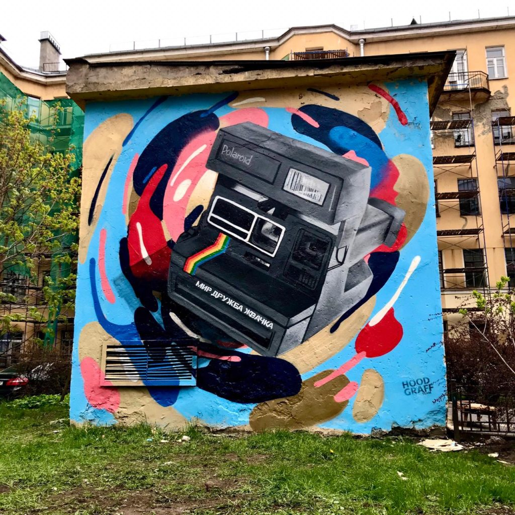 В Петербурге появились новые граффити про 90-е