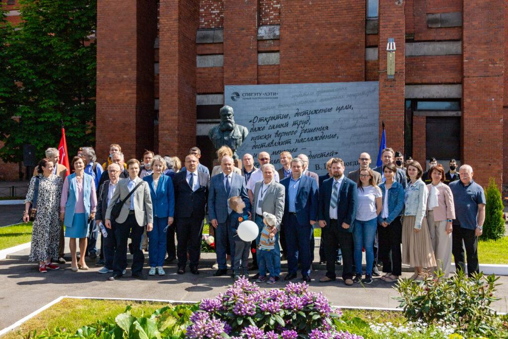 На территории ЛЭТИ открыли памятник В.П. Вологдину